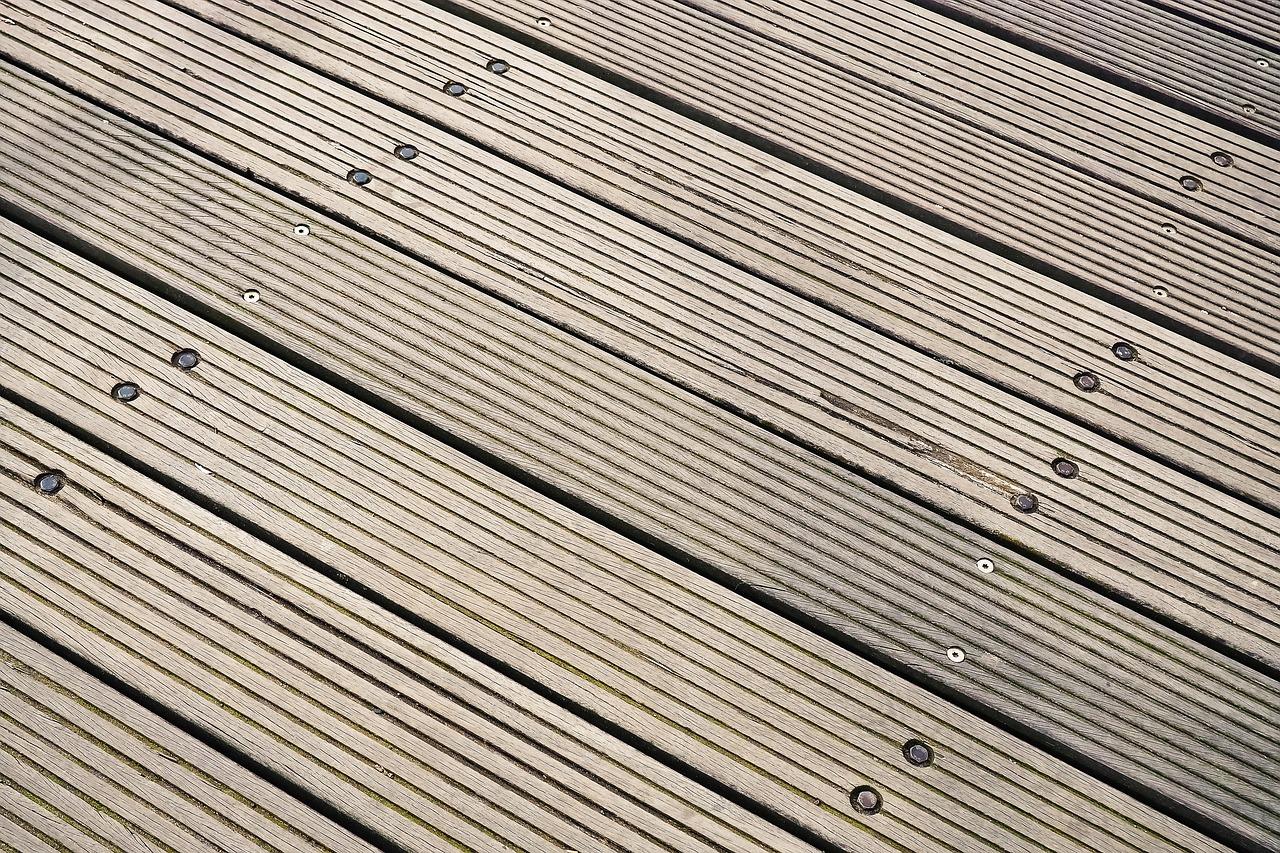 Holz reparieren am Gartenteich